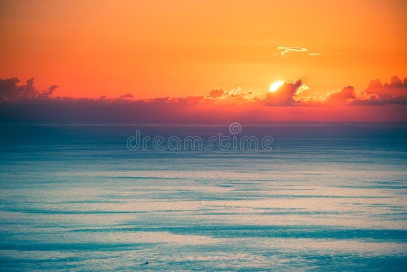 Um seascape mágico com cores brilhantes imagem de stock