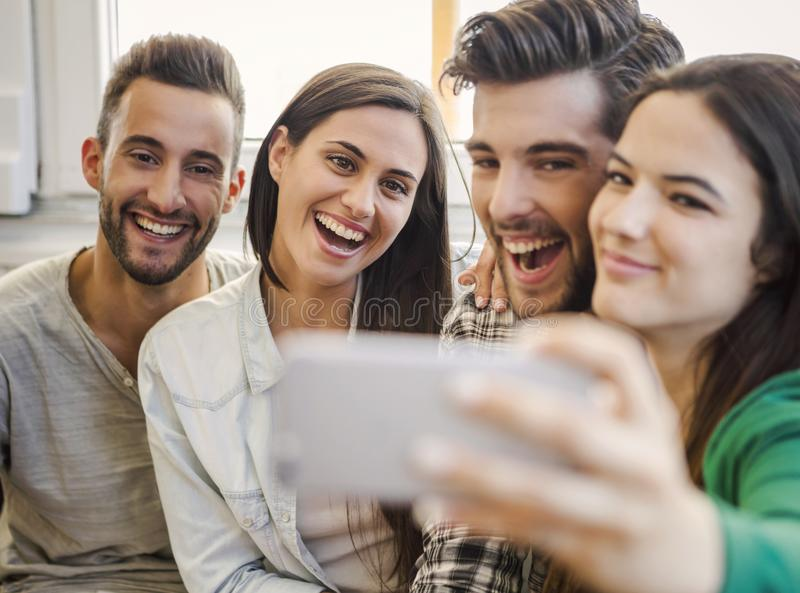 Um selfie com amigos imagens de stock