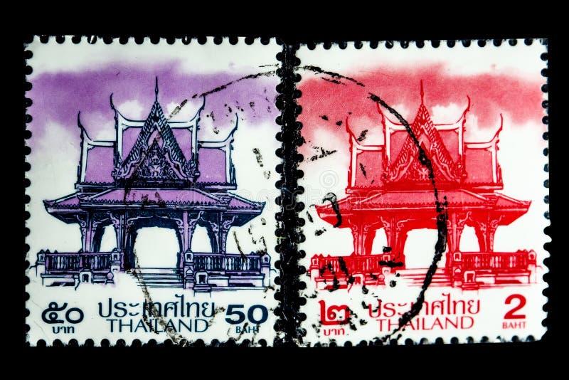 Um selo impresso em Tailândia mostra uma imagem do pavilhão tailandês na cor roxa e vermelha imagens de stock royalty free