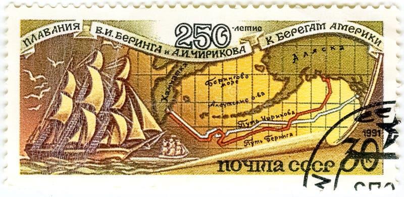 Um selo impresso em URSS, mostras 250 anos de nadar Bering e fotos de stock