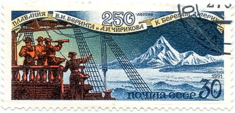 Um selo impresso em URSS, mostras 250 anos de nadar Bering e fotografia de stock