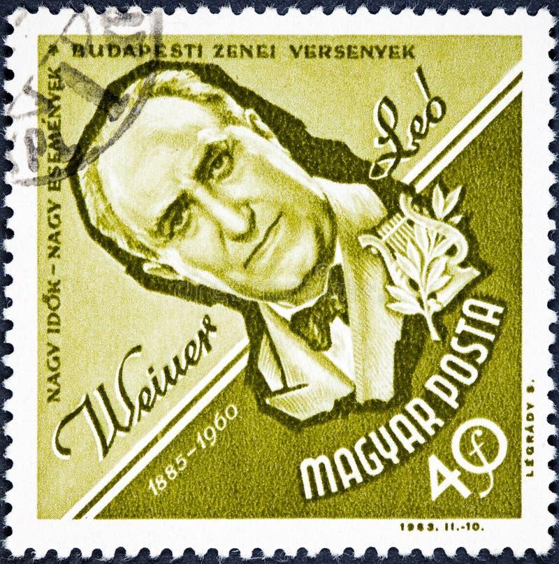 Um selo impresso na Hungria mostra Leo Weiner Hungarian Composer e o professor da música imagens de stock royalty free