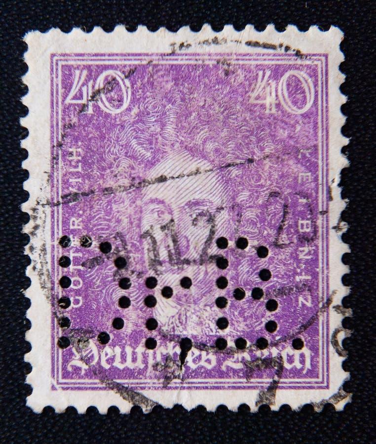 Um selo impresso no Reich alemão mostra Gottfried Wilhelm von Leibniz, o polímata, o matemático, e o filósofo, cerca de 1926 imagens de stock