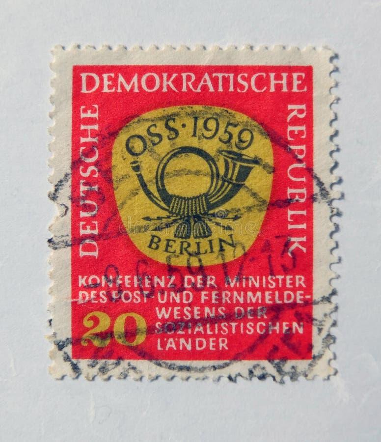 Um selo postal oriental vermelho velho com projeto postal do chifre imagem de stock royalty free