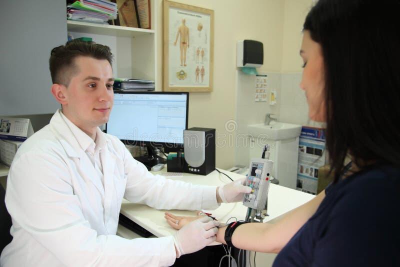Um sentido novo na medicina é electroneuromyography ELECTROMIOGRAFIA do exame médico imagem de stock royalty free