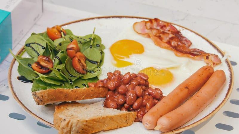 Um serviço bonito do café da manhã inglês Fim acima imagens de stock royalty free
