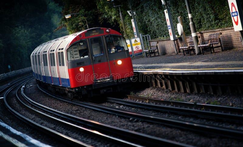 Um serviço subterrâneo de Londres que dirige a Uxbridge que passa através da estação real do parque, Londres, Reino Unido - 5 de  foto de stock