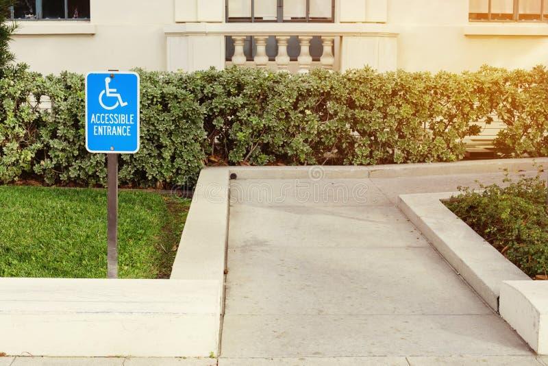 Um sinal acessível da cadeira de rodas da passagem para a desvantagem desabilitou foto de stock royalty free