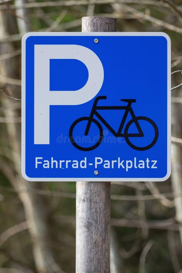 Um sinal, bicicletas pode estacionar aqui imagens de stock