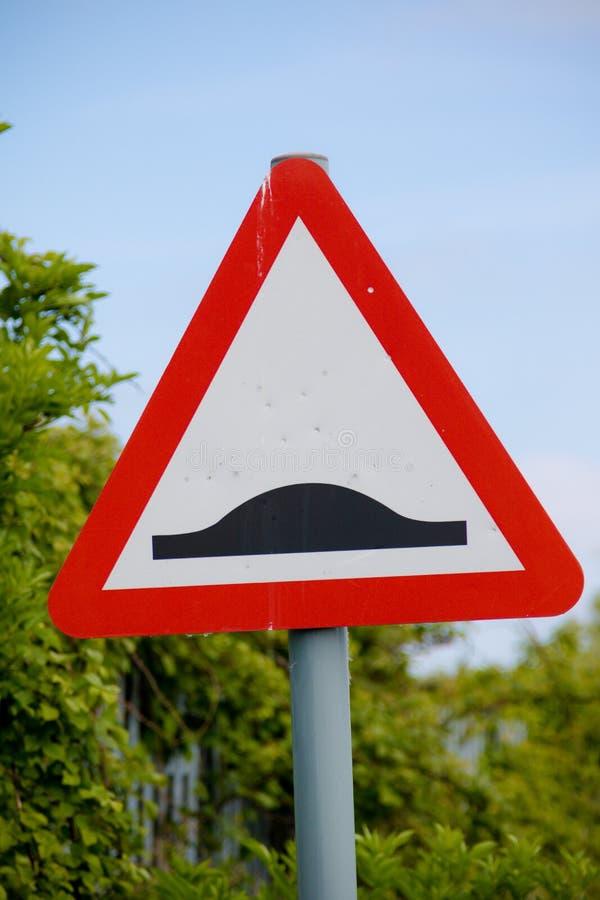 Um sinal da corcunda da velocidade da estrada imagem de stock