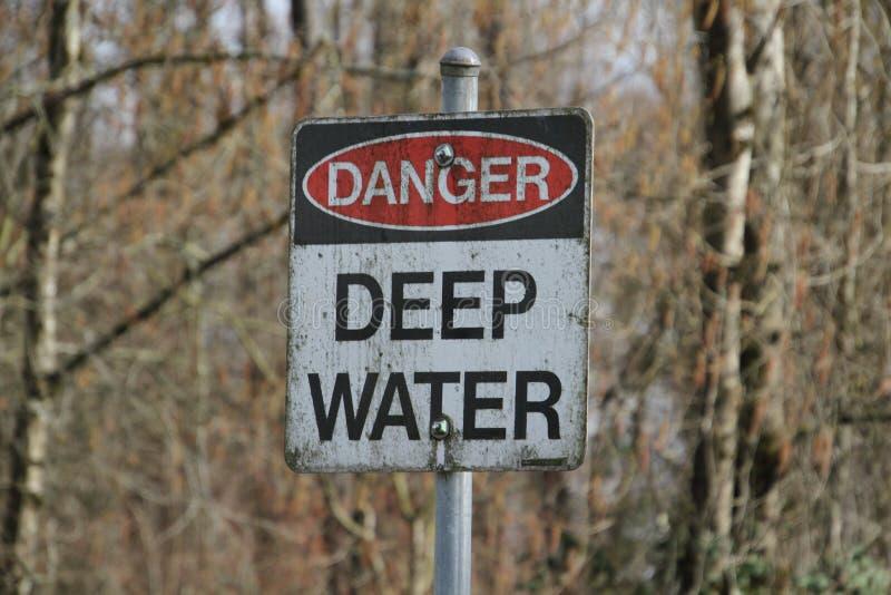 Um sinal das águas profundas do perigo fotos de stock royalty free