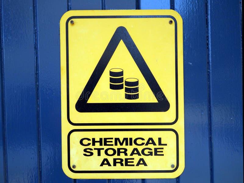 Um sinal de aviso que informa que você está em uma área de armazenamento química foto de stock