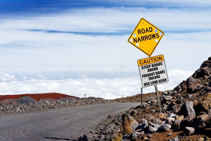 Um sinal de estrada em uma estrada íngreme à cimeira de Mauna Kea, um vulcão dormente na ilha de Havaí imagem de stock royalty free