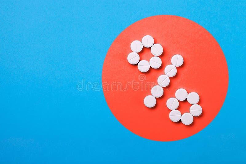 Um sinal de por cento dos comprimidos em um coral foto de stock