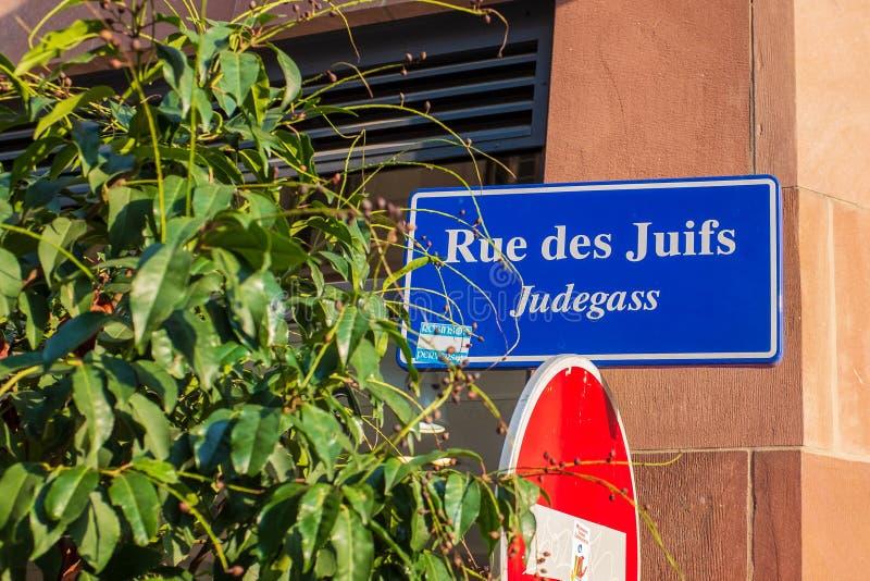 Um sinal de rua que mostra o lugar do gueto histórico de Strasbourg fotografia de stock royalty free