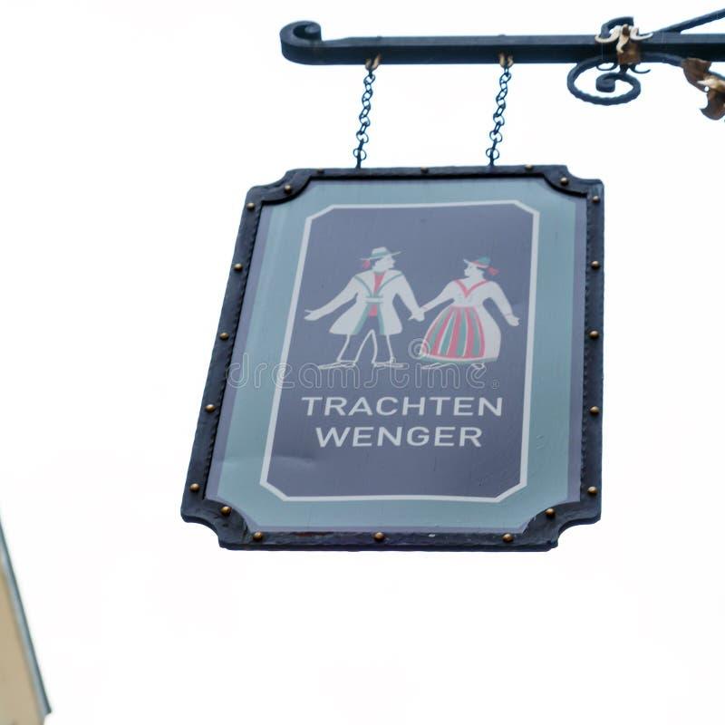 Um sinal de uma loja da roupa austríaca tradicional, Salzburg, Au foto de stock royalty free