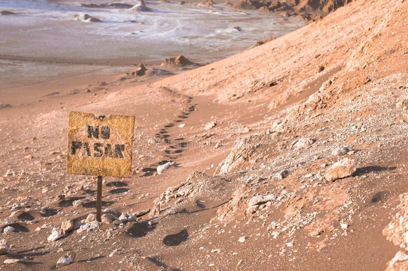 Um sinal dentro o deserto que diz não infrinjir no espanhol foto de stock