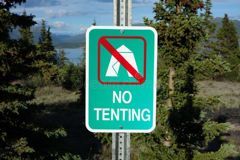 Um sinal do acampamento que não indica nenhum tenting foto de stock