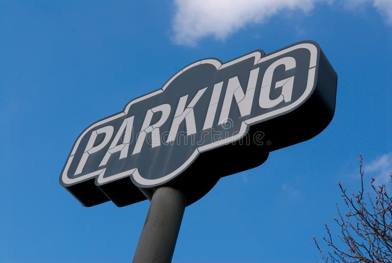 Um sinal do estacionamento em um céu azul brilhante fotos de stock royalty free