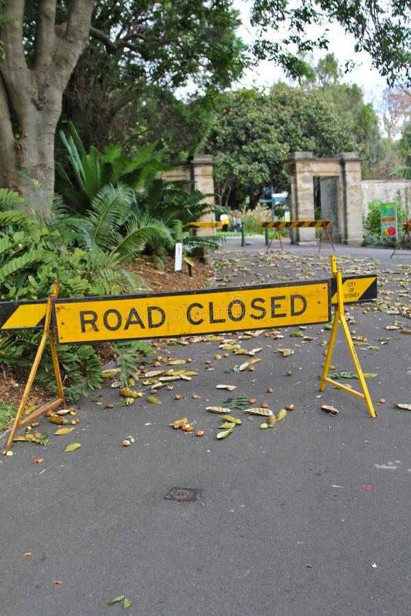 Um sinal do fechamento do rooad que obstrui a estrada imagens de stock royalty free