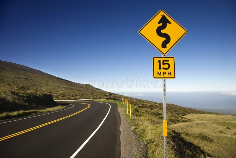 Um sinal e uma estrada em Haleakala. fotos de stock royalty free
