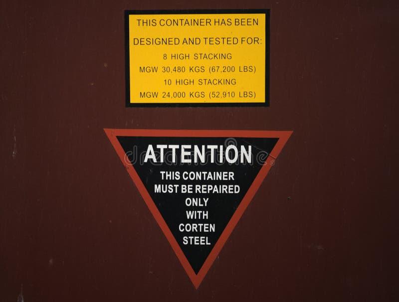 Um sinal e uma etiqueta da descrição no recipiente de frete fotografia de stock