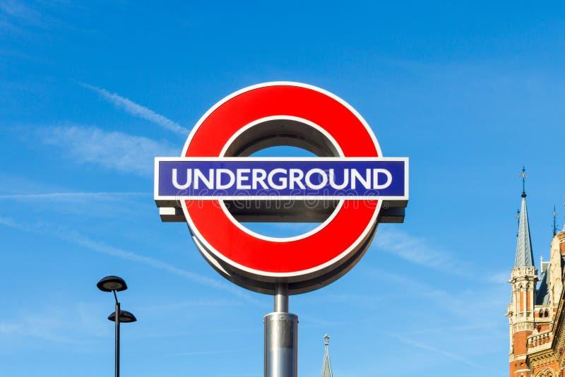 Um sinal para o subterrâneo de Londres em reis Cruz Estação foto de stock