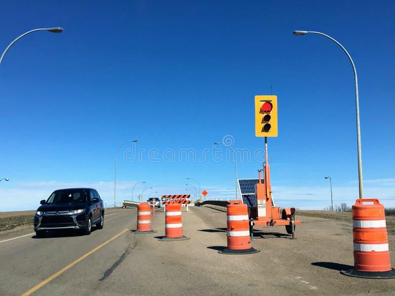 Um sinal provisório girou vermelho em um canteiro de obras para renovações da ponte foto de stock royalty free
