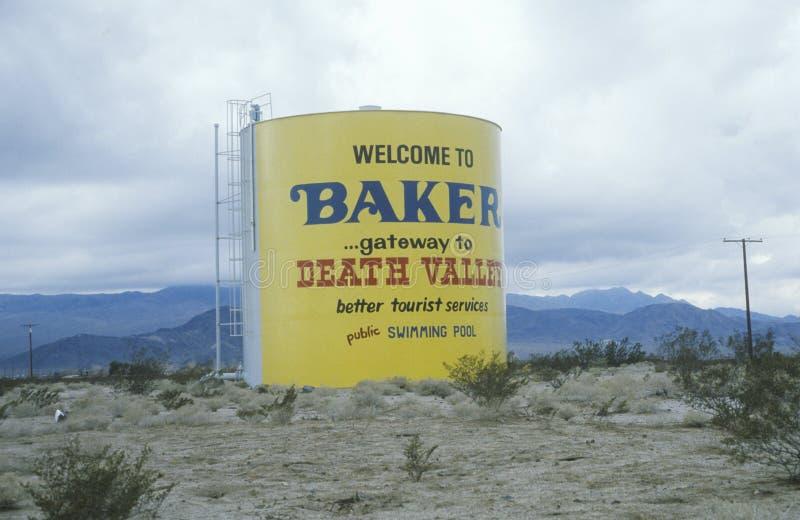 Um sinal que leia a boa vinda à entrada do ½ do ¿ de Bakerï ao ½ do ¿ de Valleyï da morte imagens de stock