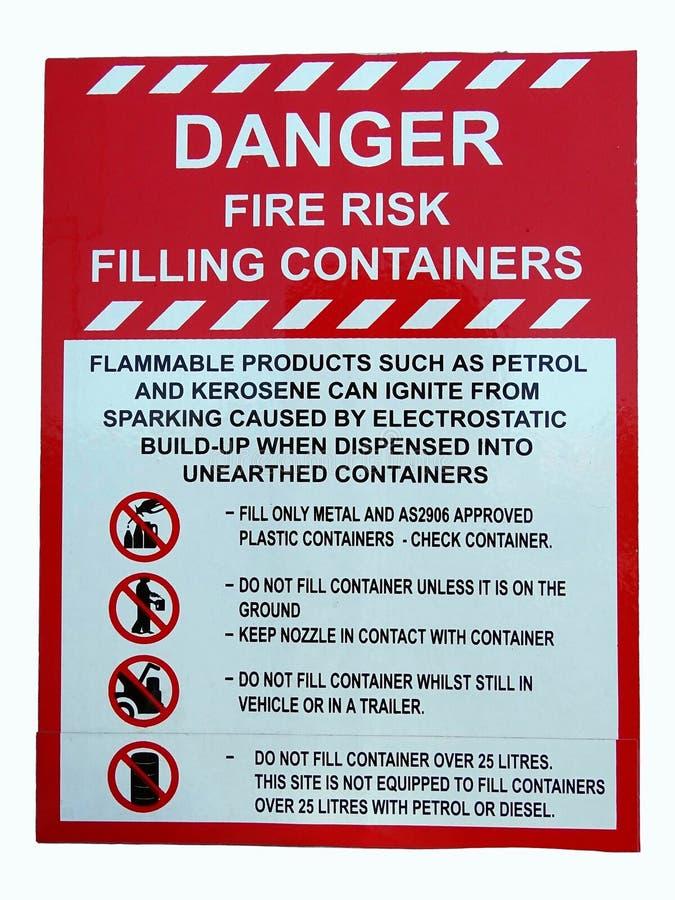 Um sinal que mostra o perigo do risco de fogo ao arquivar recipientes foto de stock