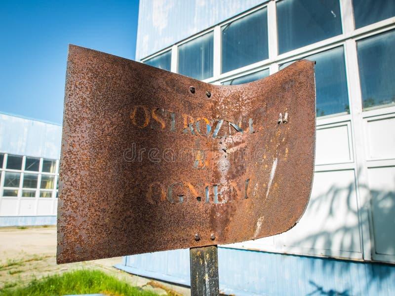 Um sinal velho, oxidado e dobrado foto de stock