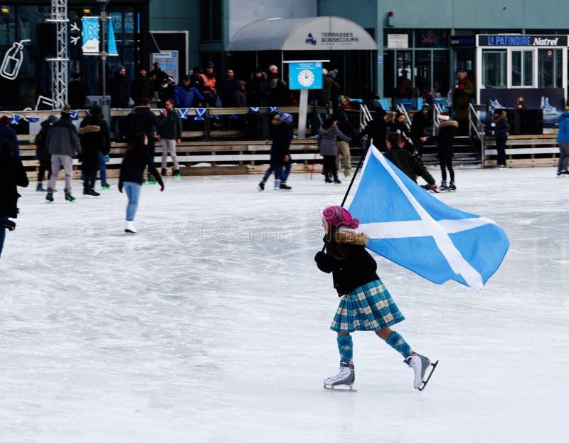 Um skater que leva o Saltire em uma pista exterior em Montreal imagem de stock royalty free