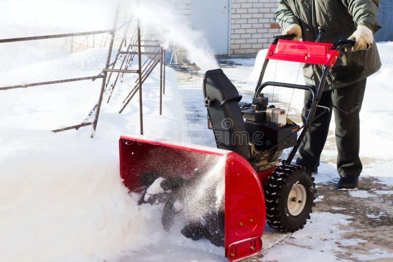 Um snowplow cancela a estrada ao lote foto de stock