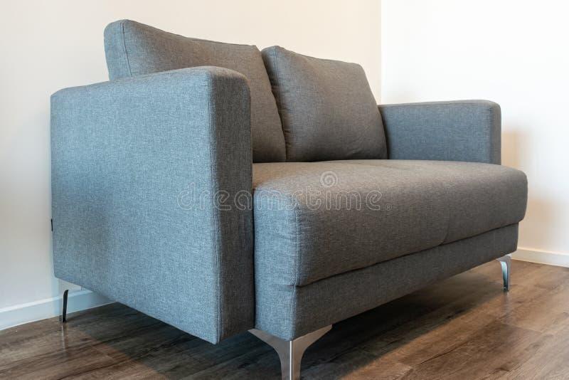 Um sofá-cama cinzento fotos de stock