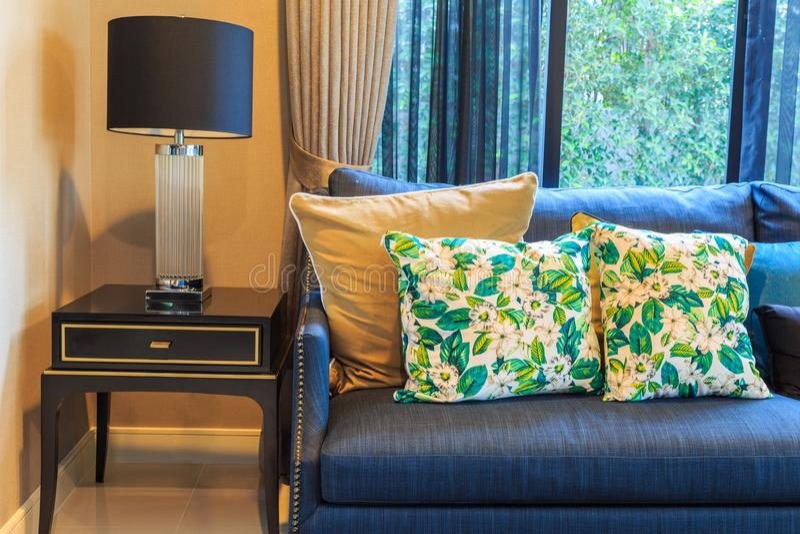 Um sofá e uma lâmpada azuis na sala de visitas imagem de stock
