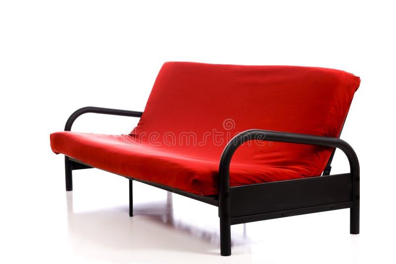 Um sofá vermelho no branco fotografia de stock