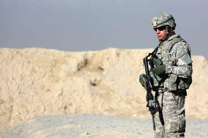 Um soldado ao ar livre fotografia de stock