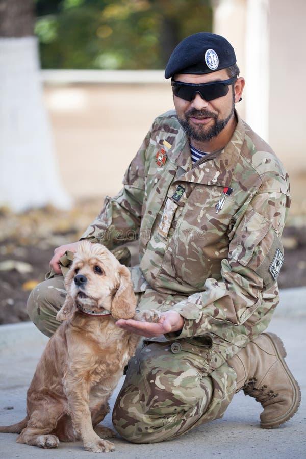 Um soldado do exército ucraniano e de seu cão Ucrânia, Lviv, o 13 de outubro de 2018 imagens de stock royalty free
