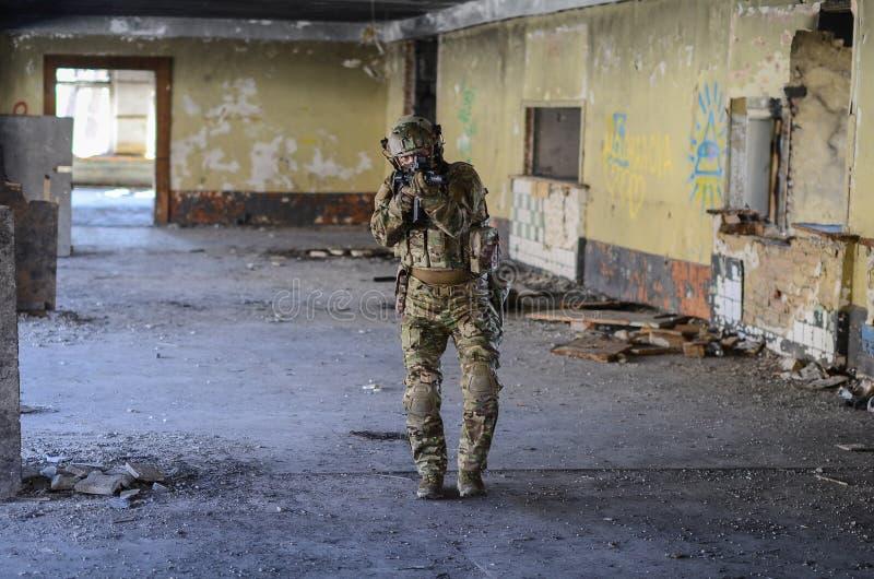 Um soldado na engrenagem do combate foto de stock royalty free