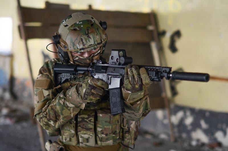 Um soldado na engrenagem do combate fotos de stock
