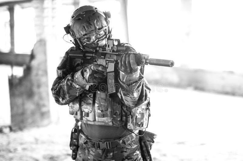 Um soldado na engrenagem do combate preto e branco imagem de stock