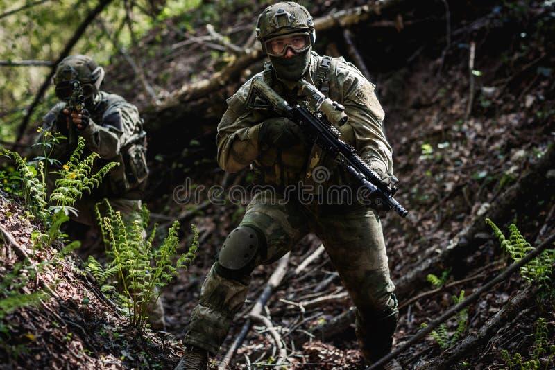 Um soldado na missão militar imagens de stock