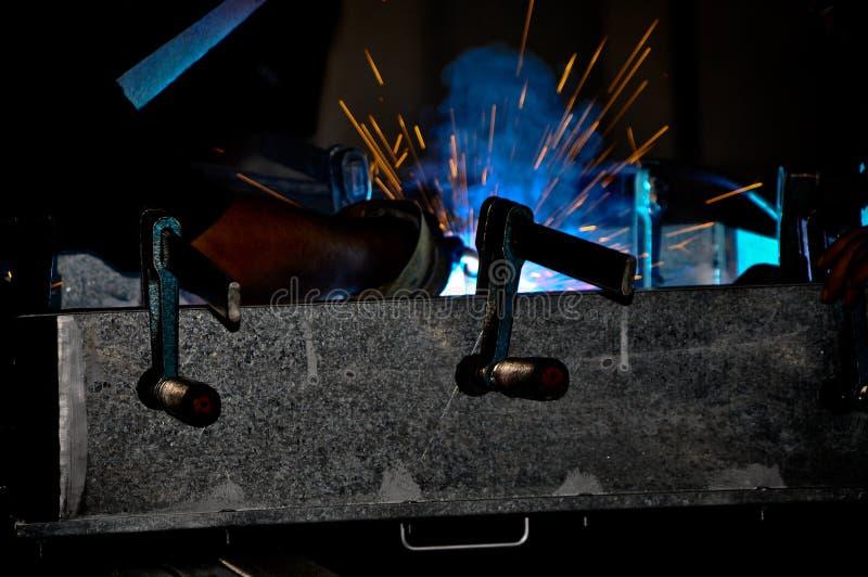 Um soldador de aço industrial e faíscas fotografia de stock royalty free
