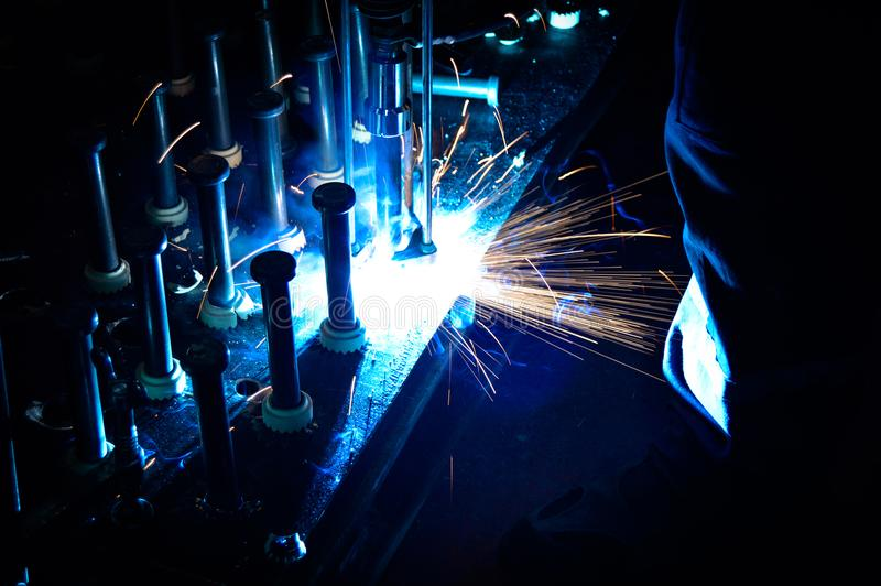 Um soldador industrial imagens de stock