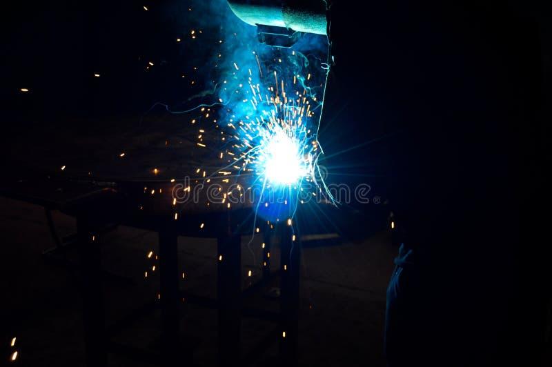 Um soldador industrial imagens de stock royalty free