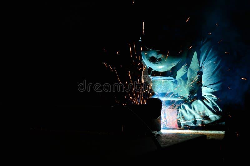 Um soldador industrial imagem de stock royalty free