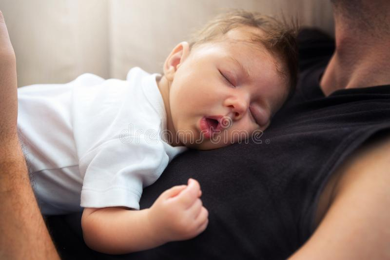 Um sono recém-nascido do bebê foto de stock