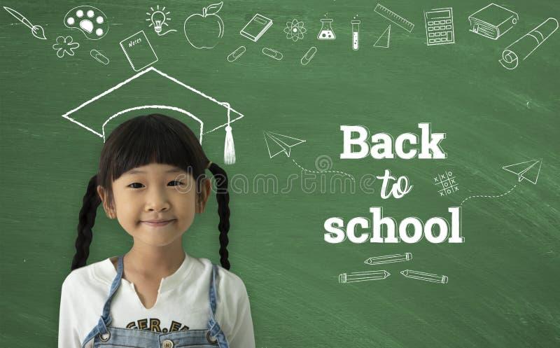 Um sorriso feliz da menina asiática pequena no fundo do quadro De volta ao conceito da escola imagens de stock