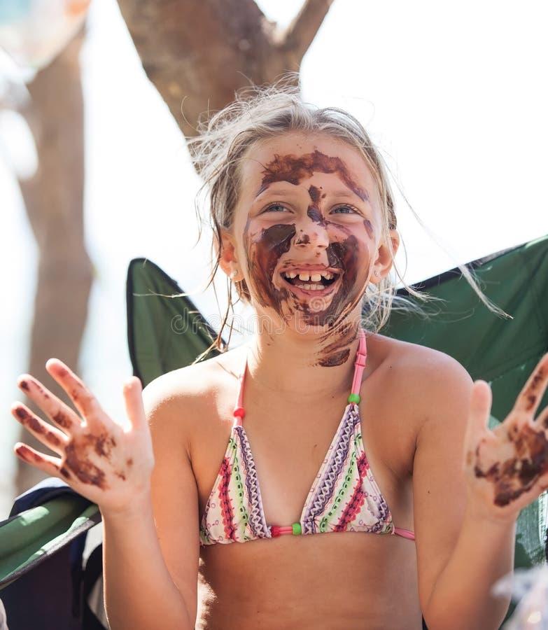 Um sorriso menina consideravelmente loura na lama fotos de stock