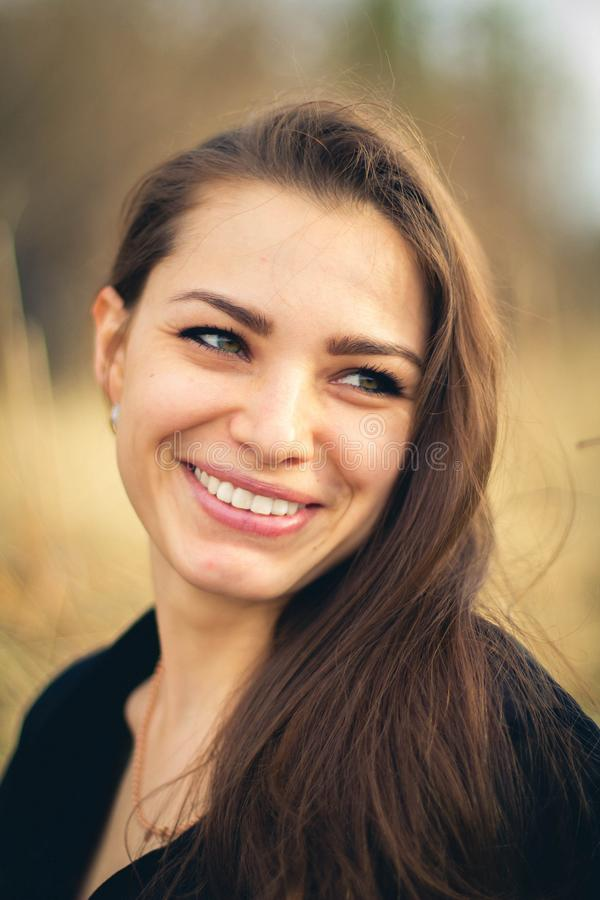 Um sorriso moreno bonito da menina outono Foto da arte fotos de stock